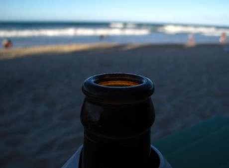 Cerveja é apreciada à espera do começo da Copa do Mundo, à beira da praia em Fortaleza. 11/6/2014