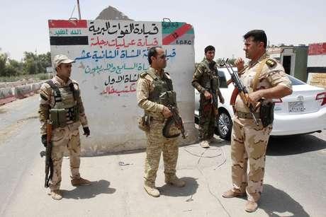 <p>Membros das for&ccedil;as de seguran&ccedil;a curdas fazem patrulha durante uma mobiliza&ccedil;&atilde;o intensa nos arredores de Kirkuk, no Iraque, em 11 de junho</p>