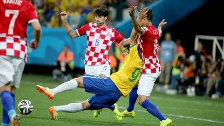 Fred domina bola na área e cai ao receber marcação de Lovren, no lance que originou o pênalti para o Brasil
