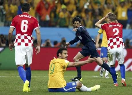 <p>Juiz Yuichi Nishimura marca pênalti para o Brasil</p>