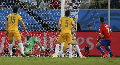 <p>Alexis Sánchez marca o primeiro gol da vitória chilena em Cuiabá por 3 a 1 sobre a Austrália.</p>