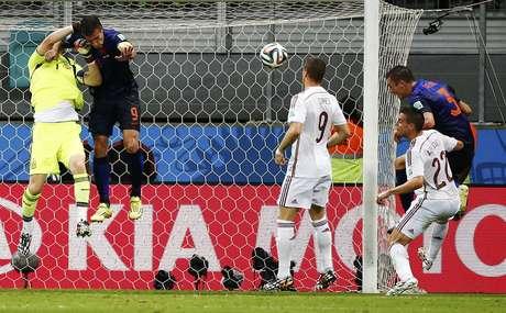 Após cobrança de escanteio, Casillas não corta, De Vrij faz de cabeça e amplia o placar para a Holanda