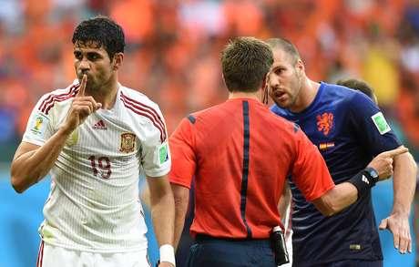 Após marcação de pênalti, Diego Costa faz sinal de silêncio enquanto jogador holandês reclama com árbitro