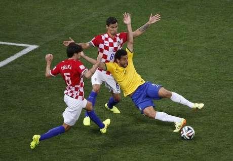 <p>Chilenos temem arbitragem no duelo de oitavas de final; pênalti em Fred na estreia contra a Croácia foi polêmico</p>