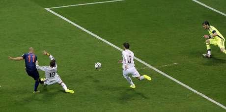 Robben supera os espanhois Sergio Ramos, Gerard Pique e Iker Casillas para virar o jogo para a Holanda em Salvador
