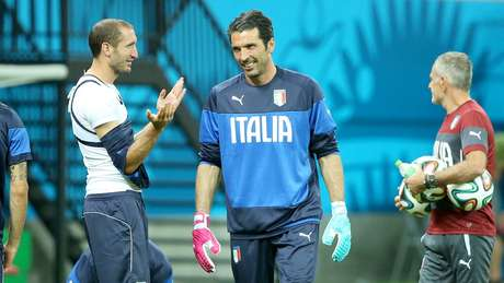 <p>Gianluigi Buffon pode desfalcar itália na estreia da Copa do Mundo</p>