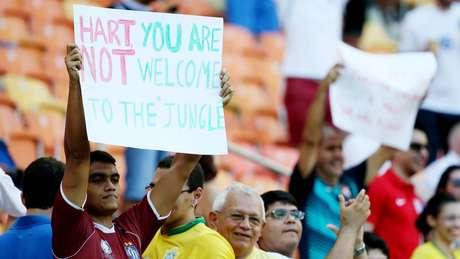 <p>Torcedor exibe cartaz que foiretirado por um segurança do estádio</p>