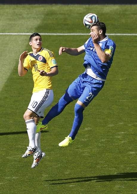 Rodriguez, da Colômbia, divide bola aérea com Katsouranis, da Grécia, durante jogo no Mineirão, em Belo Horizonte