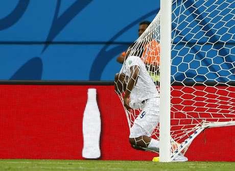 Sturridge invade se choca contra rede em jogada contra Itália