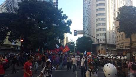Manifestantes caminharam pelas ruas de BH fortemente escoltados