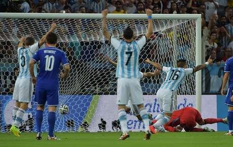 Na primeira jogada de ataque argentina, Messi cruza, Rojo desvia de cabeça, a bola bate no bósnio Kolasinac e entra