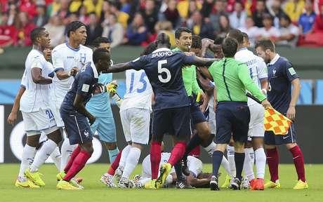 Árbitro brasileiro Sandro Ricci separa confusão entre jogadores durante partida no Beira-Rio