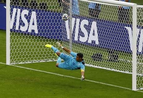 Benzema chuta forte no canto direito, Valladares não consegue alcançar e a França abre o placar no Beira-Rio