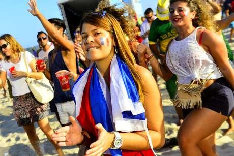 <p>Na tarde deste domingo, torcedores lotaram a praia de Copacabana, no Rio de Janeiro, para acompanhar a disputa entre Fran&ccedil;a e Honduras. A maioria das pessoas vestia a camisa da Fran&ccedil;a, e a vibra&ccedil;&atilde;o foi grande nos tr&ecirc;s gols marcados pela equipe francesa. As esquipes jogam pelo Grupo E da Copa do Mundo, no Est&aacute;dio Beira-Rio, em Porto Alegre</p>