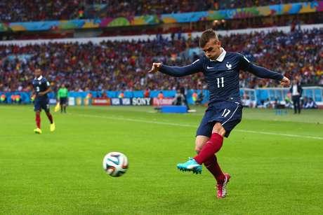 Antoine Griezmann chuta a bola em jogo contra Honduras no Beira-Rio