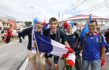 <p>Torcedores franceses demonstram apoio à seleção de seu país nas ruas de Porto Alegre horas antes do jogo, que acontece às 16h</p>