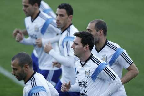 <p>Messi entre amigos na segunda-feira: só sorrisos depois de marcar novamente em Copas do Mundo</p>