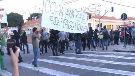<p>Cerca de 100 manifestantes reuniram-se nesta segunda-feira no centro de Curitiba, na Boca Maldita, para protestar contra a Copa do Mundo</p>