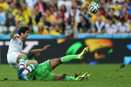 Zagueiro do Irã Khosro Heidari briga pela bola com o meia nigeirano John Obi Mikel