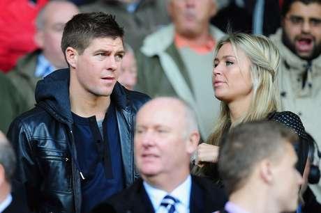 <p>Em 2007, Steven Gerrard teve sua residência na Inglaterra invadidapor bandidos durante partida do Liverpool disputada na França</p>