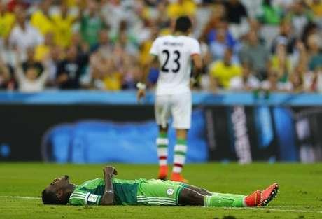 Jogador nigeriano Emmanuel Emenike deita no chão durante partida partida contra o Irã, na Arena da Baixada, em Curitiba. 16/06/2014