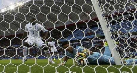 <p>Goleiro de Honduras tenta salvar gol contra em jogo diante da França</p>