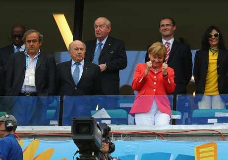 <p>Jogo entre Alemanha e Portugal, que contou com a presença de Angela Merkel e outras autoridades, registrou bandeira neonazista na Fonte Nova</p>