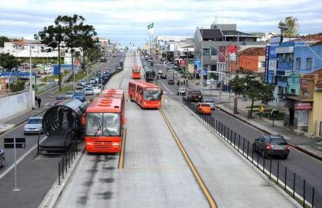 Ônibus são uma boa alternativa para chegar à sede paranaense da Copa