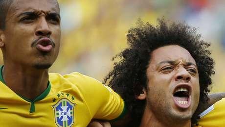 <p>Marcelo (dir.)canta o hino nacional ao lado de Luiz Gustavo antes do jogo</p>