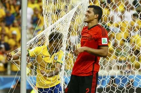 <p>Neymar segura rede depois de perder gol na Arena Castelão em partida contra o México, pelo Grupo A. Com grande atuação do goleiro Ochoae boas chances desperdiçadas, o Brasil empatou com o México em 0 a 0.</p>