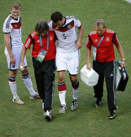 Zagueiro alemão Mats Hummels deixa partida contra Portugal lesionado.