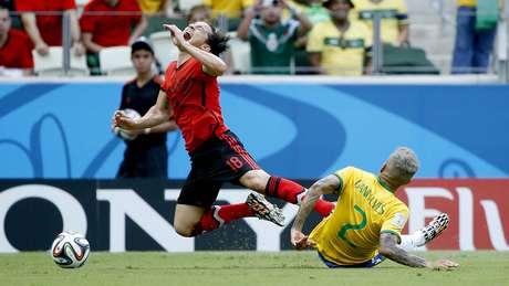 <p>Dani Alves dá carrinho em Guardado; Brasil é o time que mais fez falta entre semifinalistas</p>