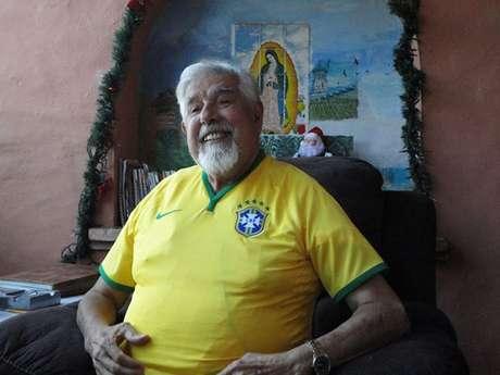 <p>Rubén Aguirre ganhou camisa do Brasil de um fã no México</p>