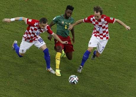 Song disputa bola com Rakitic e Olic em partida entre Croácia e Camarões, válida pelo Grupo A