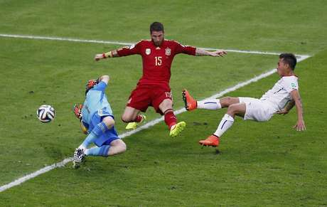 Vargas chuta forte entre Sergio Ramos e Casillas e abre o placar para o Chile no Maracanã