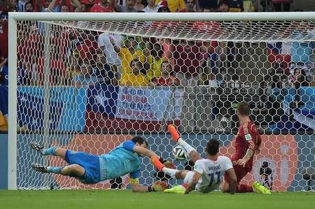 <p>Vargas chuta forte entre Sergio Ramos e Casillas e marca o primeiro da vitória por 2 a 0 do Chile sobre a Espanha no Maracanã.</p>