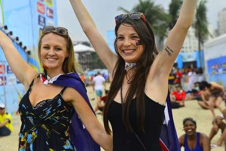 Com pouca roupa ou fantasiados, os torcedores da Austrália e da Holanda vibraram durante a partida entre os países nesta quarta-feira, na Fan Fest de Copacabana, no Rio de Janeiro