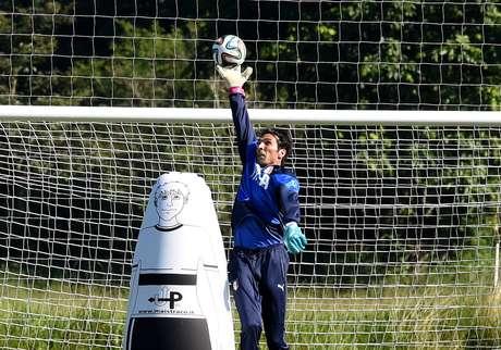 Buffon treina com a seleção italiana e espera voltar ao time