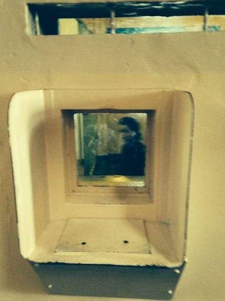 <p>O casal de turistas britânico garante que a pessoa da foto é, na verdade, o fantasma de uma garota dentro de uma cela</p>