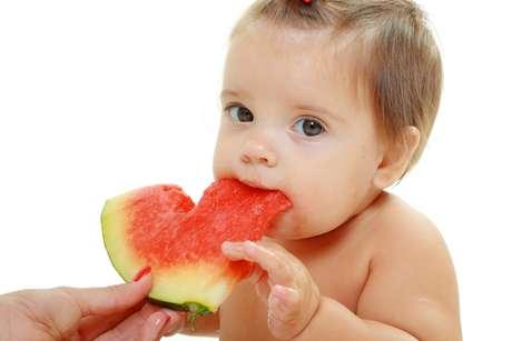 <p>No lugar do doce com açúcar refinado, ofereça frutas frescas, pois oaçúcar delaspode saciar a vontade de comer algo adocicado</p>