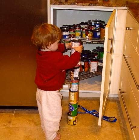 <p>Interesses restritos e repetitivos, como empilhar objetos, s&atilde;o comuns em crian&ccedil;as com autismo</p>