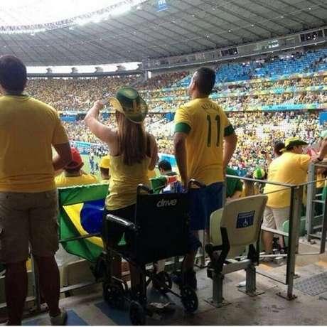 Cadeirante se levanta para acompanhar partida do Brasil