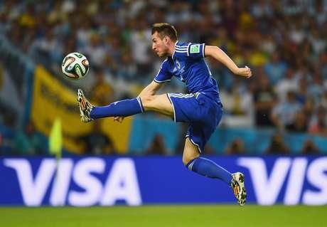 O jogador Izet Hajrovic, da Bósnia, em lance