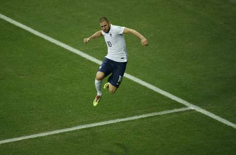Benzema pula para comemorar o quarto gol francês sobre a Suíça