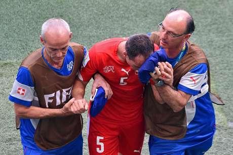 <p>O suíço Steve von Bergen saiu sangrando de partida realizada nesta sexta-feira, na Arena Fonte Nova, em Salvador, após lance com o francês Giroud. Com o choque, o zagueiro ficou caído no gramado e teve que sair de campo</p>