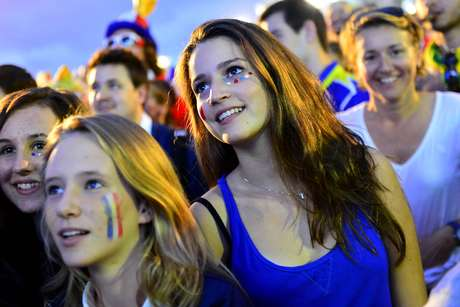 <p>Torcedores da Fran&ccedil;a e da Su&iacute;&ccedil;a lotaram a Fan Fest, na praia de Copacabana, na tarde sexta-feira, para acompanhar a disputa entre as duas equipes na Arena Fonte Nova, em Salvador. E a anima&ccedil;&atilde;o n&atilde;o era para menos: a partida teve sete gols, com vit&oacute;ria da Fran&ccedil;a por 5 a 2 contra Su&iacute;&ccedil;a.</p>