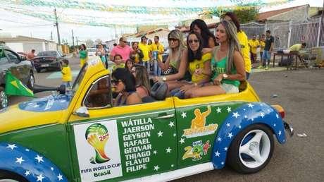 <p>O fusca é usado em todos os dias de jogo do Brasil; o carro sai cheio para uma volta a cada intervalo e ao final da partida</p>