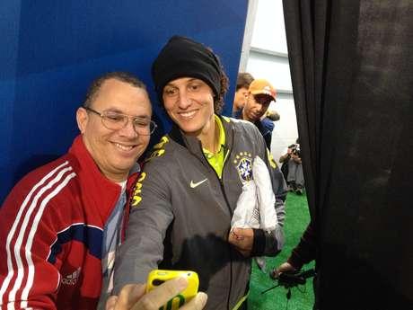 David Luiz mostrou seu lado atencioso e tirou fotos com alguns jornalistas após a entrevista