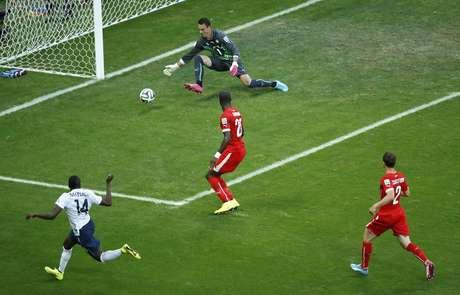 Benzema serve Matuidi na área, o camisa 14 acerta baixo no canto direito e faz o segundo francês