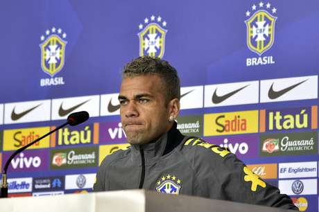 <p>Lateral direito atacou o inglês Alan Shearer, que criticou o atacante brasileiro recentemente</p>